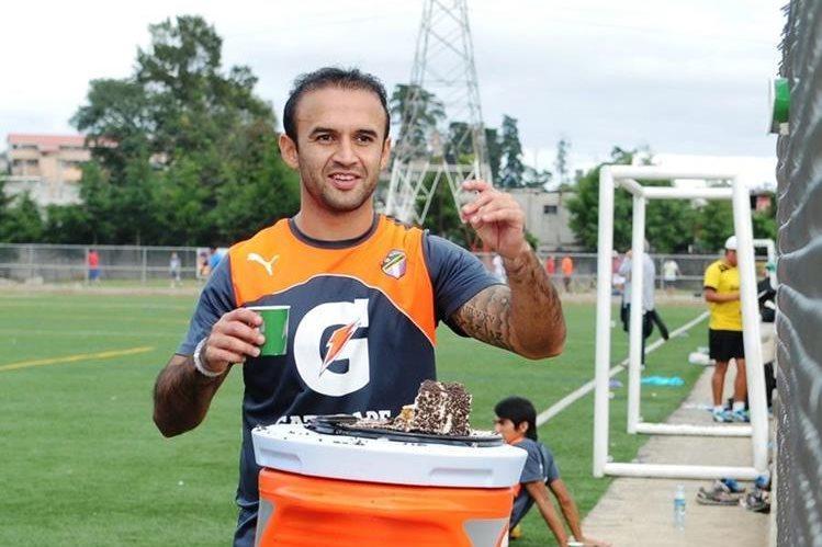 José Manuel Contreras festejó su compleaños 30 alejado de las canchas, debido a una fuerte lesión. (Foto Prensa Libre: Hemeroteca PL)