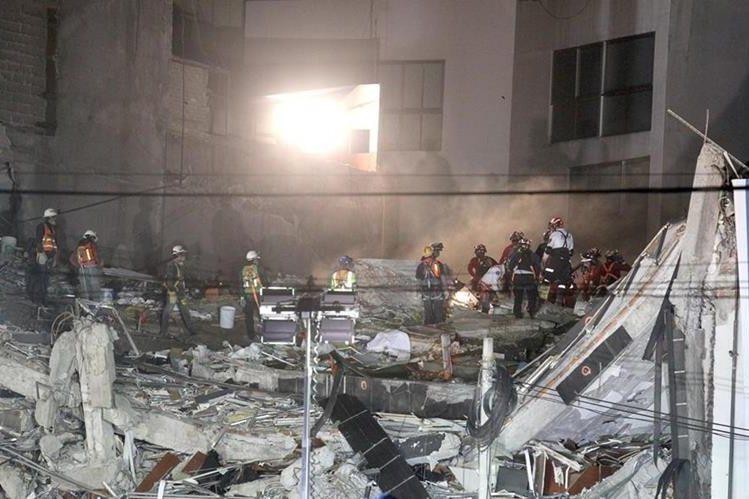 Brigadistas continúan con la extracción de v´timas mortales que quedaron atrapadas en el edificio de la avenida Álvaro Obregón tras sismo. (Foto prensa Libre:EFE).