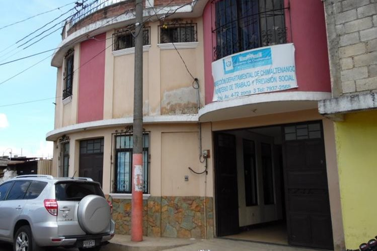Delincuentes violentaron una de las puertas de la dirección departamental del Ministerio de Trabajo en Chimaltenango y se llevaron dos computadoras.(Foto Prensa Libre: José Rosales)
