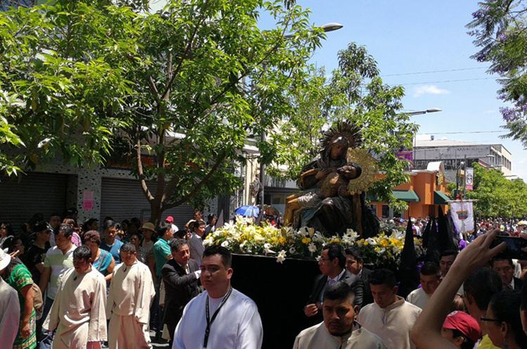 Paso del cortejo procesional sobre el Paseo de la Sexta. (Foto Prensa Libre: Óscar Rivas)