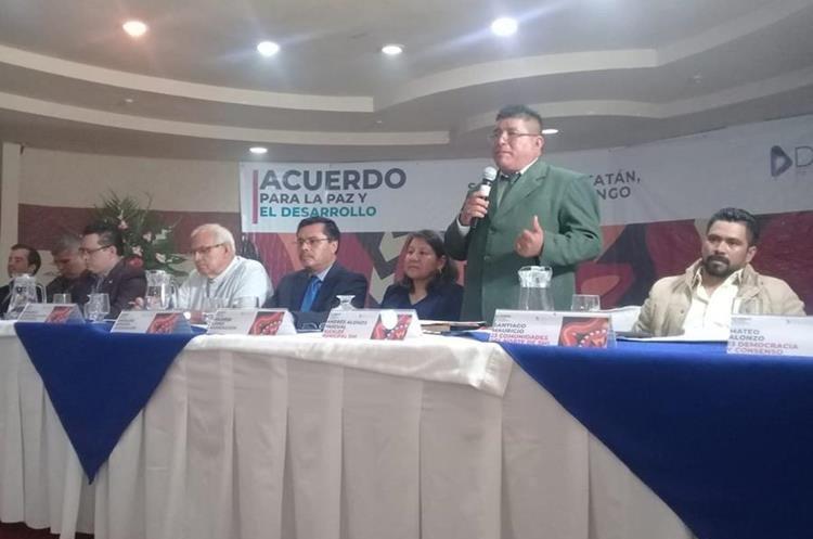Mesa principal para la firma del acuerdo para la paz y el desarrollo de San Mateo Ixtatán, Huehuetenango. (Foto Prensa Libre: Mike Castillo)