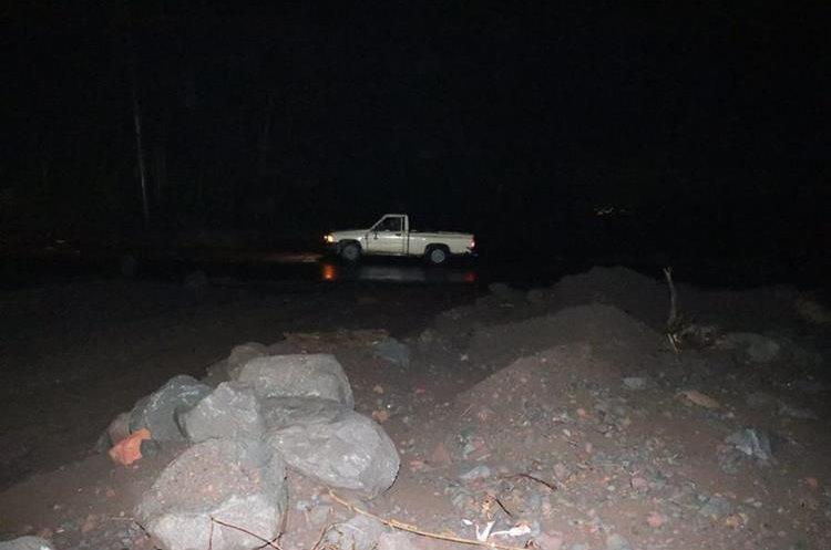 Gran cantidad de arena y grandes rocas se observan a orillas de la RN14. (Foto Prensa Libre: Carlos Paredes)