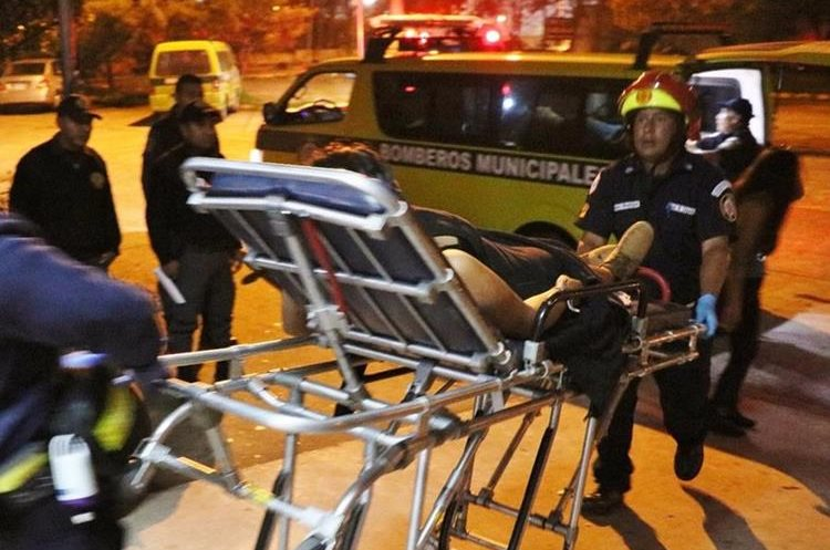 Los socorristas trasdaron a cinco personas con heridas de balas en los diferentes hechos de violencia (Foto Prensa Libre: Cortesía).