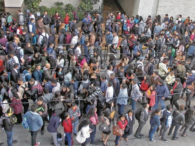 Miles de personas hicieron largas filas para poder ingresar a la Feria del Empleo de AmCham, la cual finaliza hoy en el Centro de Convenciones Tikal Futura. (Foto Prensa Libre: Álvaro Interiano)