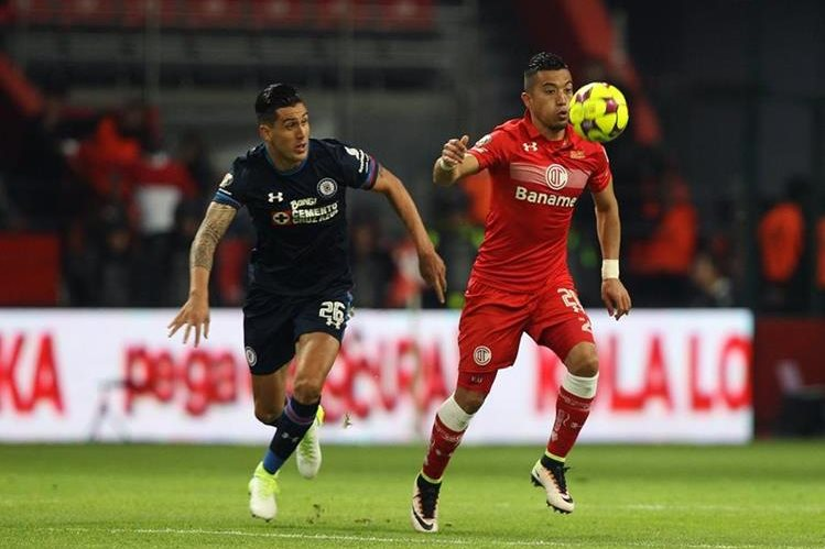 El jugador Fernando Uribe (d) de Toluca será fundamental para el equipo rojo. (Foto Prensa Libre: EFE)