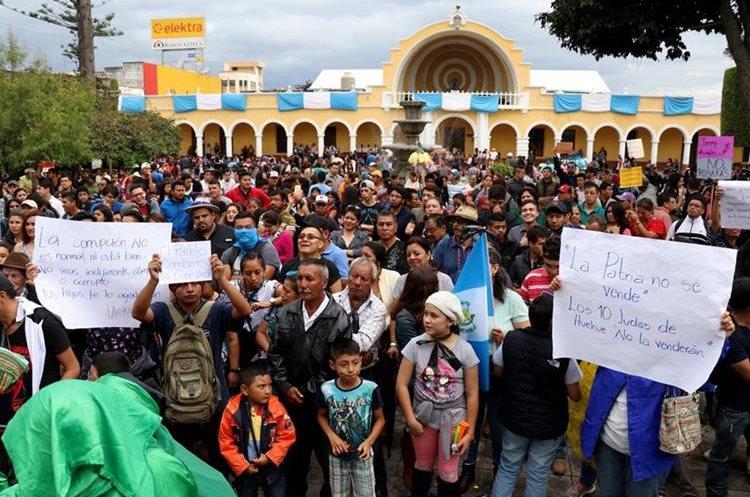 Pobladores manifiestan su repudio en Huehuetenango. (Foto Prensa Libre: Mike Castillo).