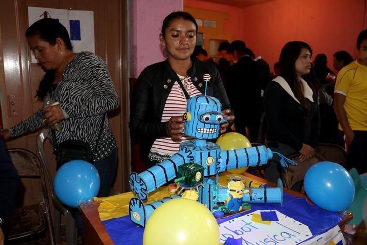 Una estudiante muestra un robot que se mueve con el impulso de motores. (Foto Prensa Libre: Mike Castillo).