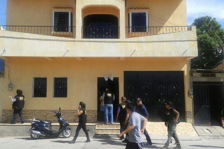 El MP y la PNC allanan la residencia de Raymundo Ramírez, en busca de evidencia. (Foto Prensa Libre: Cortesía)