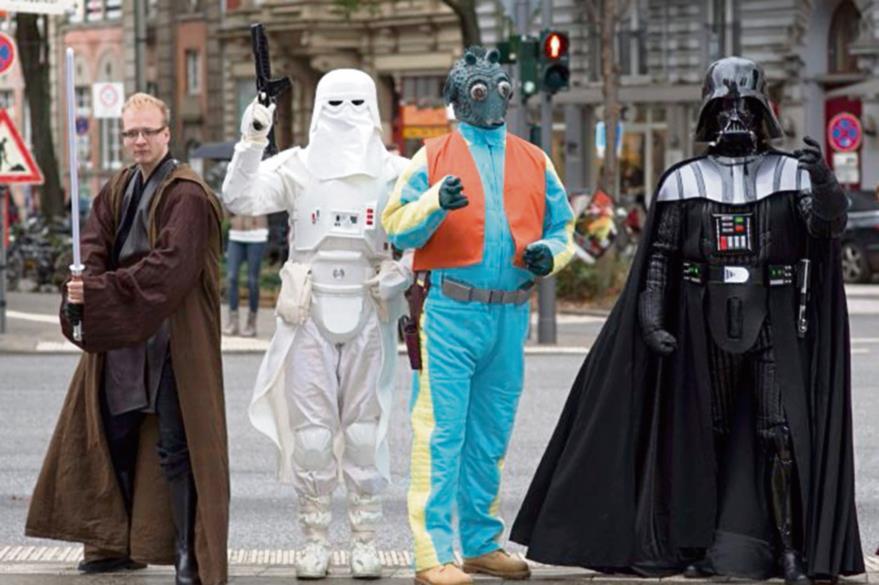 En las   calles de Hamburgo, Alemania, seguidores de Star Wars caminan disfrazados de los personajes de la saga.