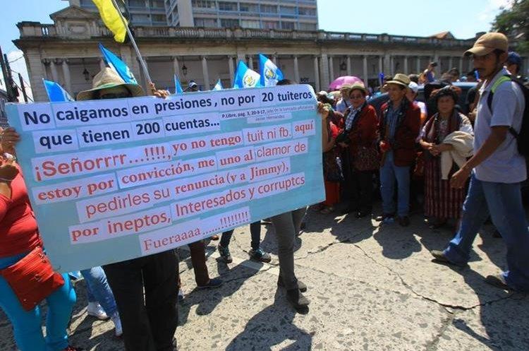 Ciudadanos indignados llegan en protesta a la Plaza de la Constitución. (Foto Prensa Libre: Álvaro Interiano)