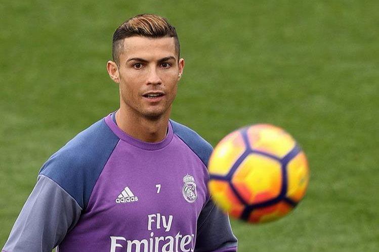Cristiano Ronaldo muestra su buen humor durante la práctica de este viernes en Valdebebas. (Foto Prensa Libre: EFE)