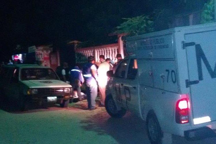 Peritos del Ministerio Público buscan evidencias en lugar del ataque, en San Benito, Petén. (Foto Prensa Libre: Rigoberto Escobar)