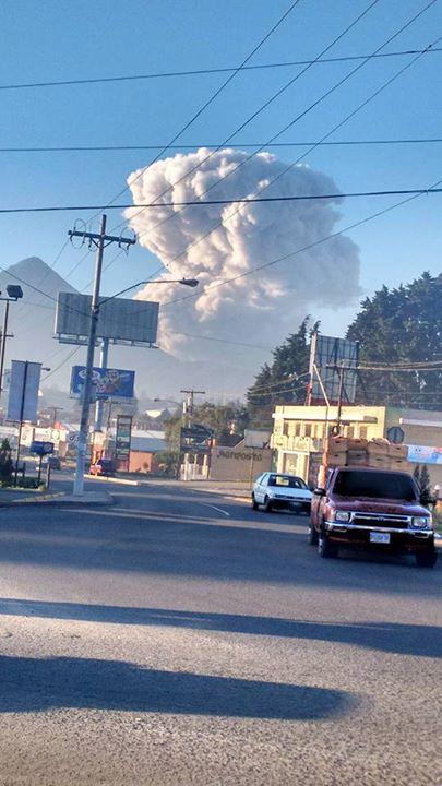 Explosión fuerte en el volcán Santiaguito genera nube de humo y ceniza.