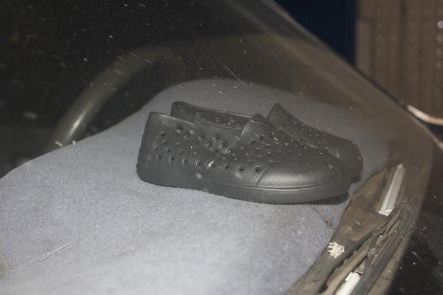 En el vehículo de los personeros de la fundación, se quedaron algunos pares de zapatos de cuales serían donados. (Foto Prensa Libre: Melvin Sandoval)