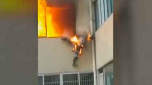 Un bombero saltó de un segundo nivel para salvar su vida. (Foto Prensa Libre: YouTube)