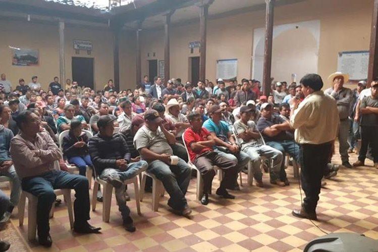 Mediante una asamblea, los empresarios del transporte y pilotos acordaron protestar por el mal estado de las carreteras en Quiché.(Foto Prensa Libre: Héctor Cordero)