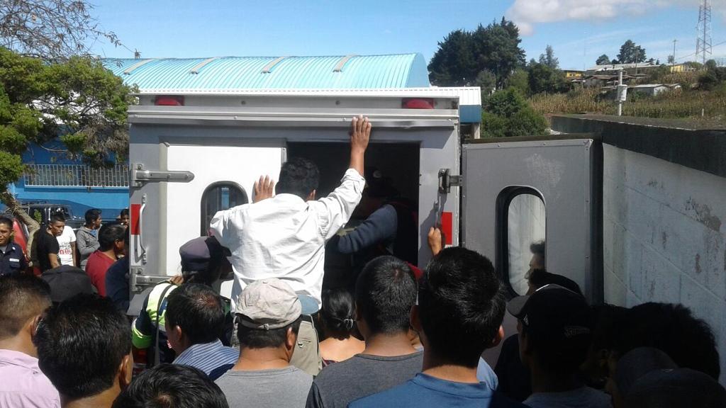Ambulancia traslada a los trabajadores que resultaron heridos en un pozo en Santa Lucía Utatlán. (Foto Prensa Libre: Ángel Julajuj).