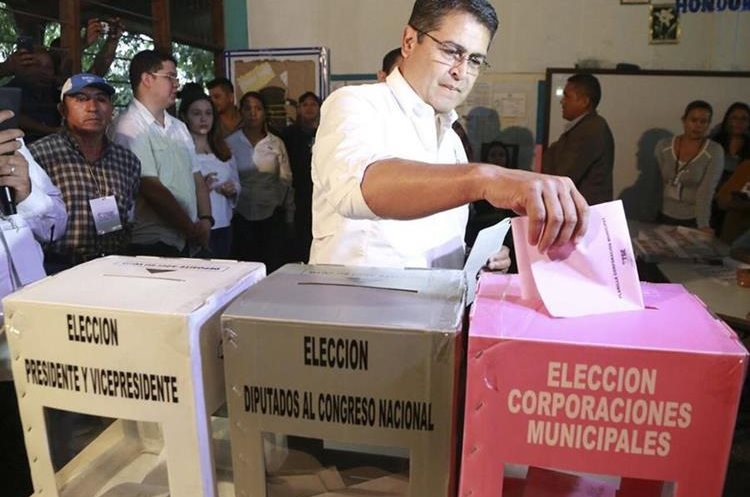 El presidente de Honduras y candidato a la reelección, Juan Orlando Hernández, vota en Lempira (Honduras). (Foto Prensa Libre: EFE)