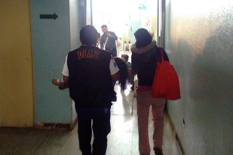 Socorrista ingresa a la menor al Hospital Regional de Occidente. (Foto Prensa Libre: Carlos Ventura).