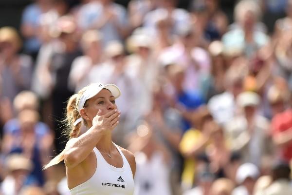 La tenista alemana Angelique Kerber peleará por ganar su segundo Grand Slam, ahora en Wimbledon. (Foto Prensa Libre: AFP)