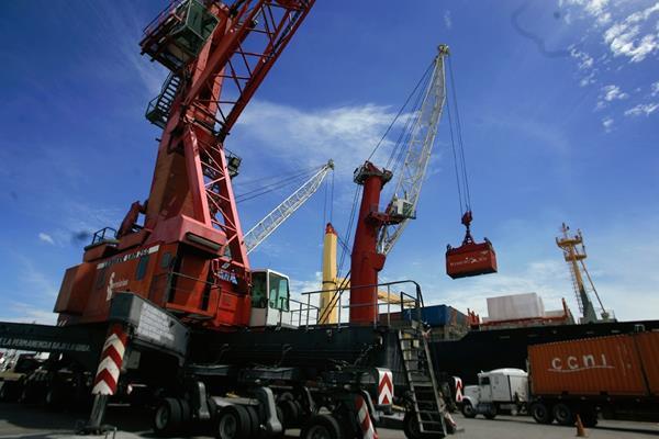 Área de carga  y descarga de contenedores de la portuaria Quetzal. (Foto Prensa Libre: Archivo).