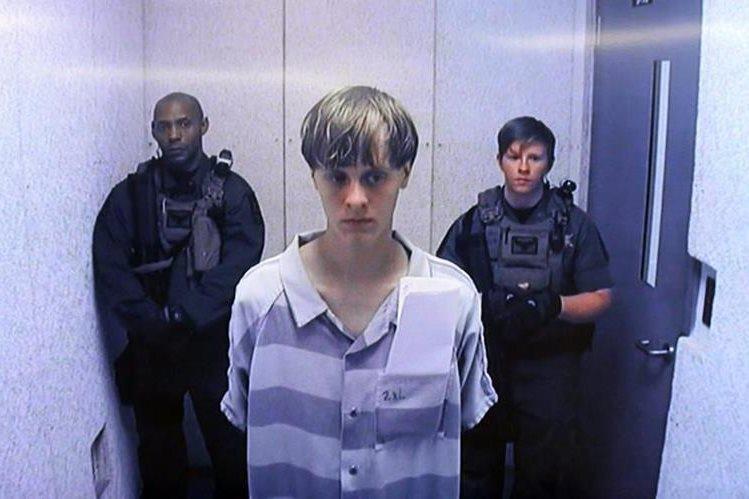 Dylann Roof, al centro, declarado culpable de la masacre racista. (Foto Prensa Libre: EFE).