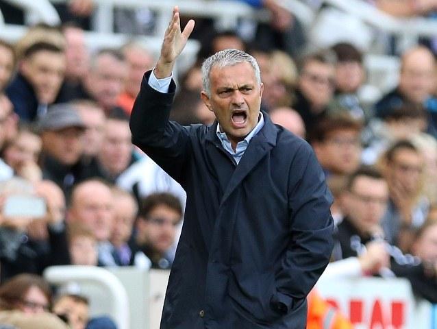 José Mourinho se ha caracterizado por los constantes reclamos por las decisiones arbitrales. (Foto Prensa Libre: AFP)