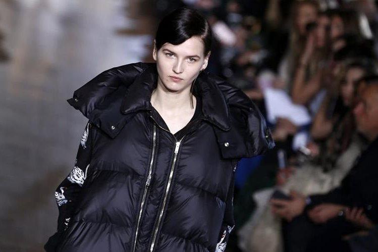 Modelo luce un diseño de la colección Otoño-Invierno 2016-2017 de Stella MacCartney, en la Semana de la Moda en París. (Fotos Prensa Libre, EFE)