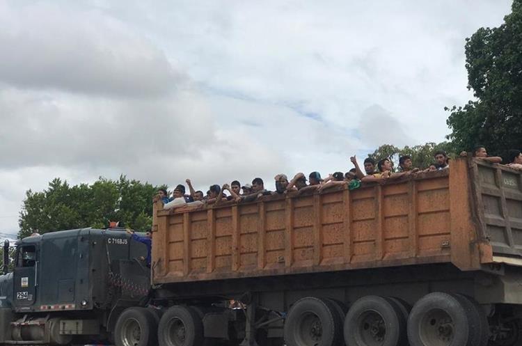 Pocos transportistas aceptan llevar a los migrantes hondureños, pues podrían ser señalados de trata de personas, indican quienes migran. (Foto Prensa Libre: Mario Morales)