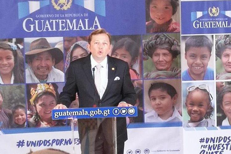 El vocero de la Presidencia ofrece detalles en el Palacio Nacional de la Cultura sobre viaje del presidente Jimmy Morales. (Foto Prensa Libre: Geovanni Contreras)