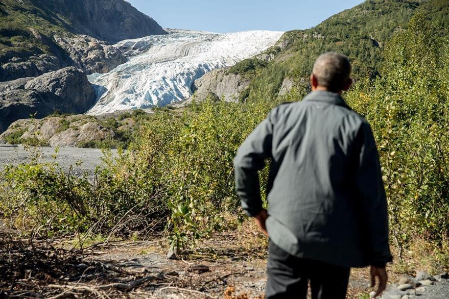 Obama practicó senderismo hacia un glaciar que se está derritiendo en Alaska. (Foto Prensa Libre: AP).