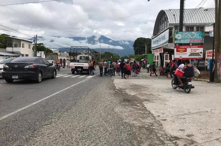 Migrantes hondureños continúan su viaje a Tecún Umán, San Marcos, por lo que se dirigen a El Rancho, San Agustín Acasaguastlán, El Progreso. (Foto Prensa Libre: Mario Morales)