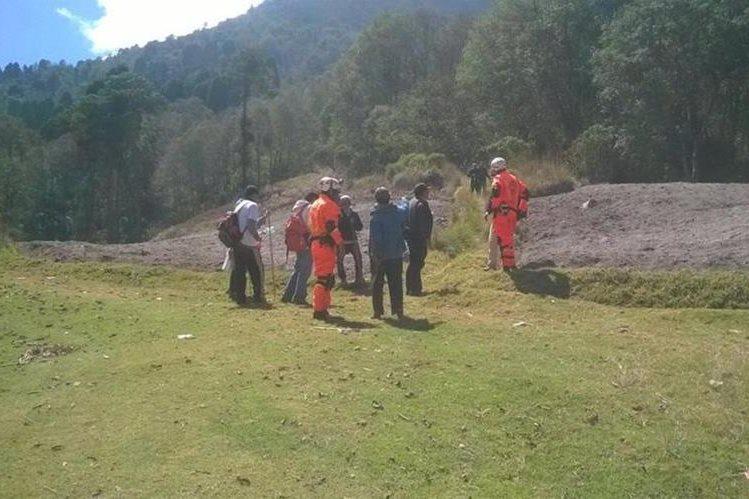 Socorristas junto al grupo de turistas que fue hallado en el coloso. (Foto Prensa Libre: @CVBxela).