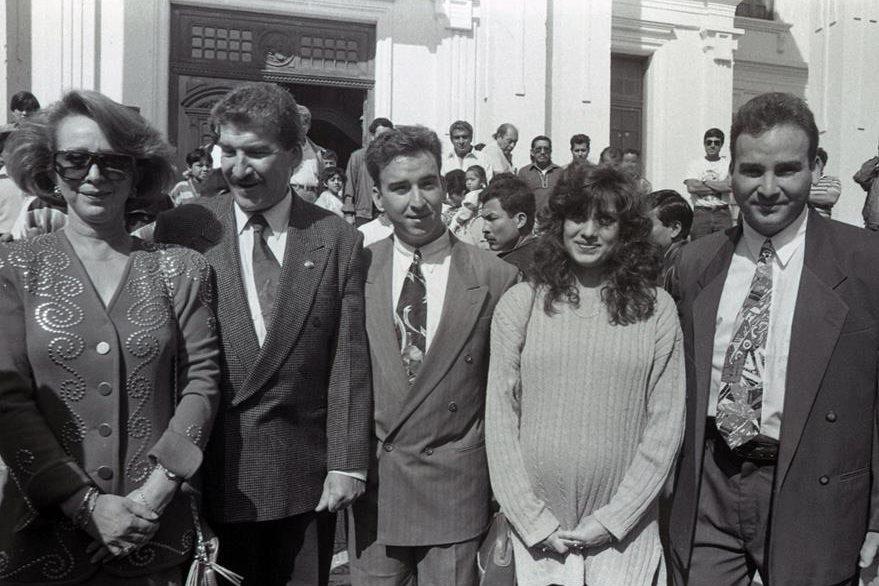 El Procurador Ramiro de León Carpio junto a su esposa Mayra Duque, sus hijos Jorge Eduardo, Miguel Ramiro y Alejandro 30/6/1994. (Foto: Hemeroteca PL)