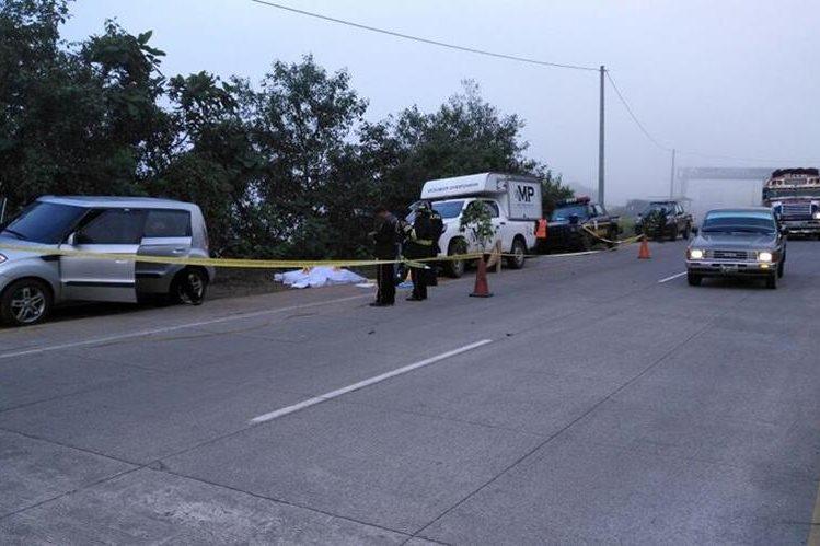 Agentes de la PNC y Peritos del MP recaban evidencias en El Mirador, Sololá, donde fueron hallados los dos cuerpos, en Sololá. (Foto Prensa Libre: Ángel Julajuj)