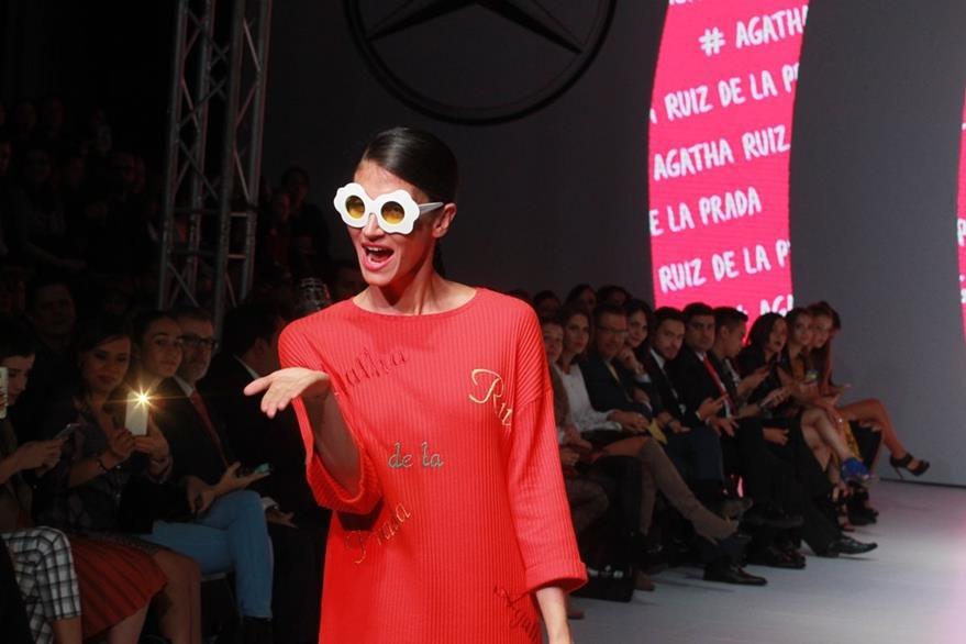 La colección de la diseñadora española incluyó accesorios como lentes de corazones y flores. (Foto Presa Libre: Estuardo Paredes)