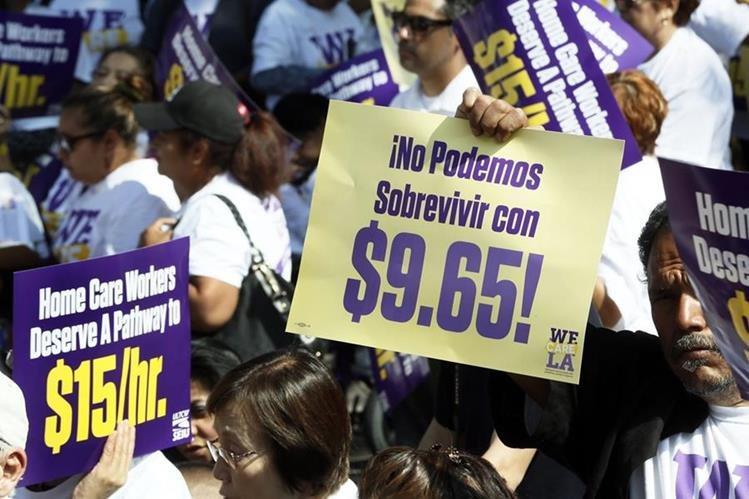 Trabajadores, en especial, los de las cadenas de comida rápida, exigieron durante mucho tiempo el pago de US$5 la hora. (Foto Prensa Libre: Hemeroteca PL)