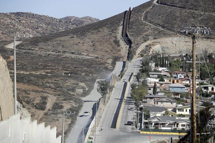 """Panorámica del muro fronterizo entre California, EE. UU. y México, paso por donde miles de centroamericanos buscan el """"sueño americano"""". (Foto Prensa Libre: AP)."""