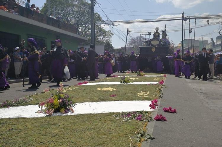 Alfombras engalanan paso de Nazareno de la Parroquia. (Foto Prensa Libre: Oscar García).