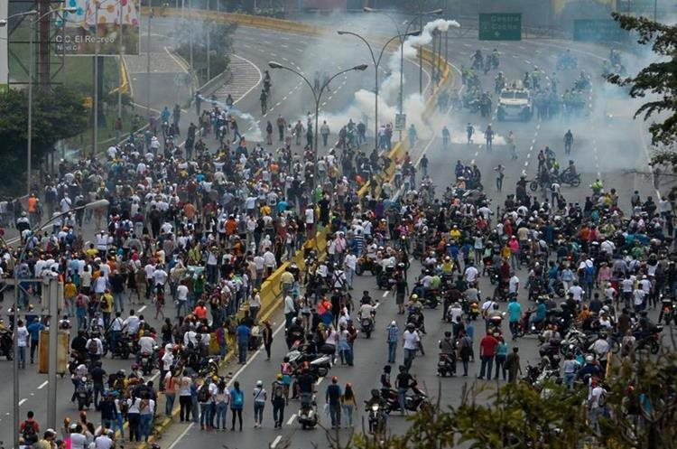 Los disturbios no cesan en Caracas. (Foto Prensa Libre: AFP)