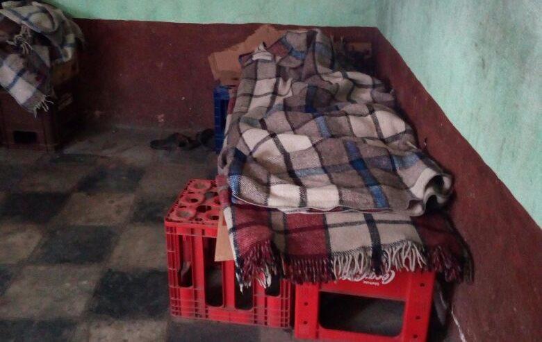 Menores duermen en camas improvisadas de cajas de aguas gaseosas. (Foto Prensa Libre: PNC)