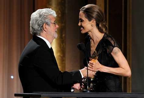 El director George Lucas le entrega el galardón a Jolie. (Foto Prensa Libre: AFP)