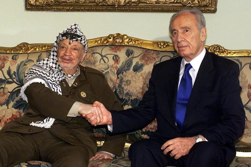 Yasser Arafat, líder palestino, y el primer ministro israelí Shimon Peres, en 2001.  (Foto: AP)