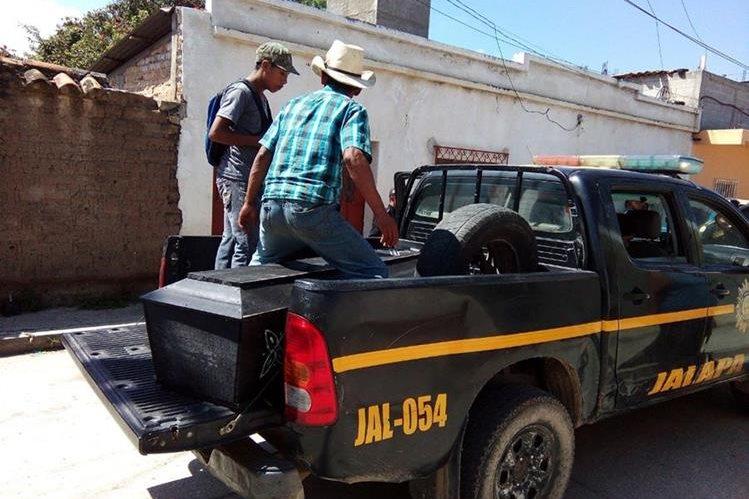 Familiares retiran de la morgue de Jalapa el cadáver de César Augusto Aguilar. (Foto Prensa Libre: Hugo Oliva)