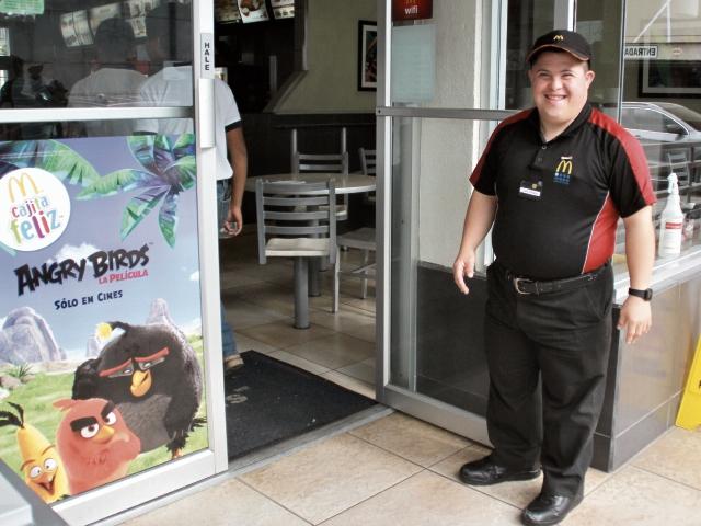 Luis Alfredo Villegas espera a los clientes del restaurante donde labora, en Huehue.