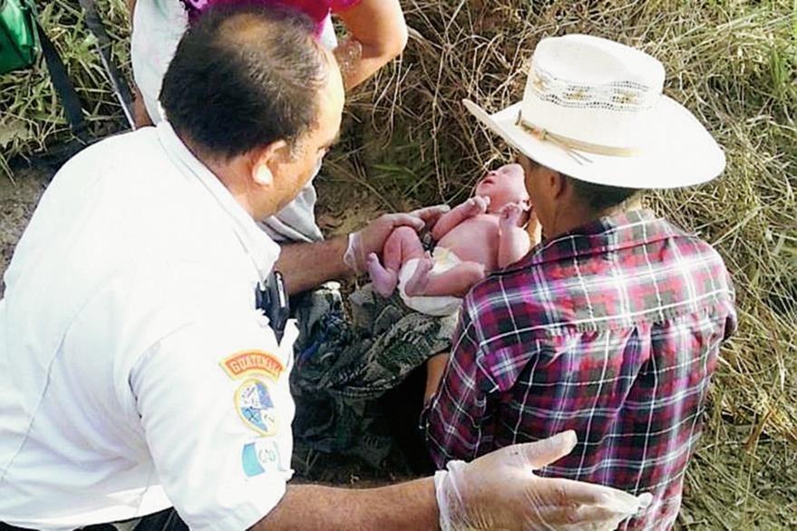 El bebé  Pesó seis libras y 12 onzas y midió 49 centímetros, según los Bomberos voluntarios. (Foto Prensa Libre: CVB)
