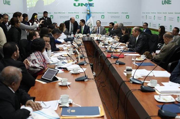 Comisión de Asuntos Electorales buscando consenso entre los diputados para aprobar los puntos en la reforma electoral. (Foto Prensa Libre: Paulo Raquec)