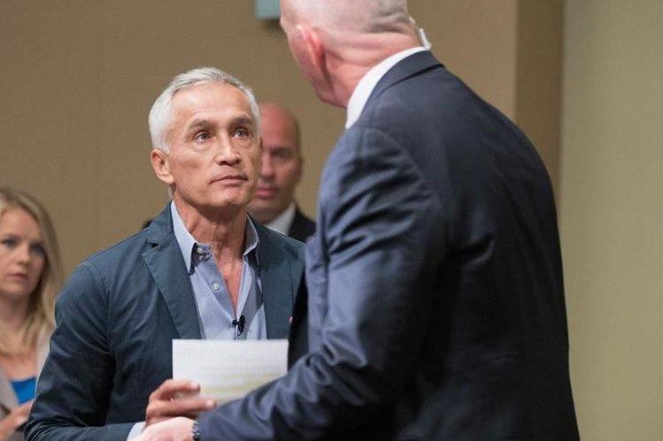 <em>Momento en que Ramos es retirado de la conferencia de prensa del martes por un escolta del magnate Trump. (Foto Prensa Libre: AFP).</em>