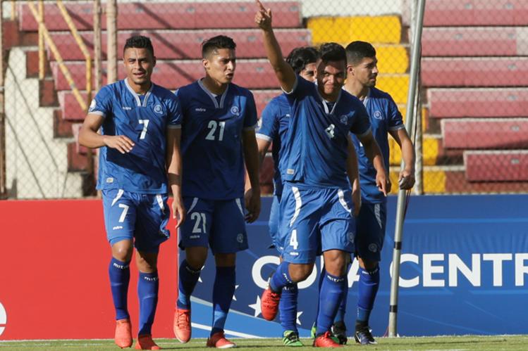 Los jugadores salvadoreños celebran el triunfo en la Copa Uncaf frente a Belice. (Foto Prensa Libre: AP)