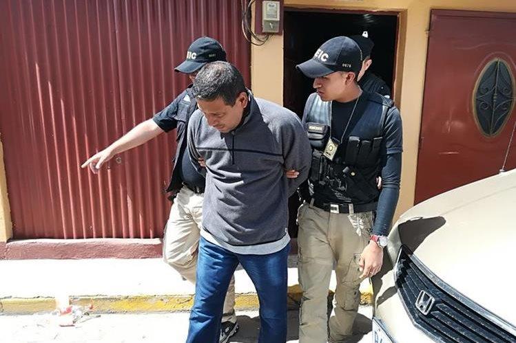 Edgar Leonel Ruíz Álvarez al ser detenido en La Esperanza, Quetzaltenango. Es acusado de haber asesinado a su esposa Lucy Jeanette Alvarado López. (Foto Prensa Libre: PNC).